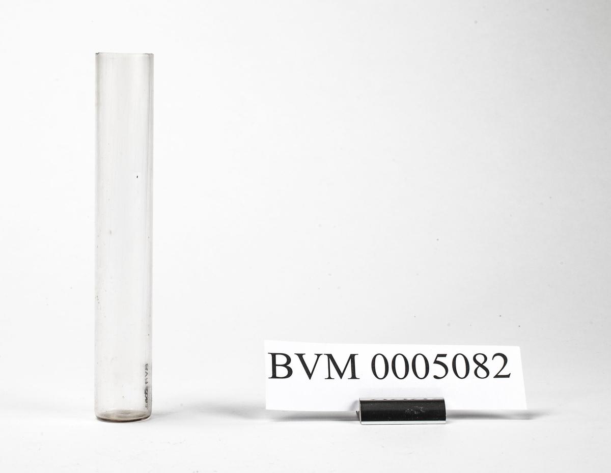 CYLINDRISK GLASS, DIAMETER 2,4 CM. TIL Å HA URIN I VED UNDERSØKELSE MED URINPROBEREN. HØRER SAMMEN MED BVM 5081 OG 5083.
