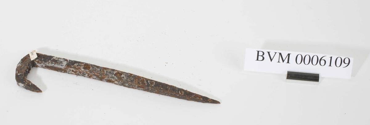 Farthaspen har form som et halvt klammer hvor den vinkelbøyde delen endte med en tilbakebøyd spiss (for feste), dvs. at den får en liten U-form på den ene enden.