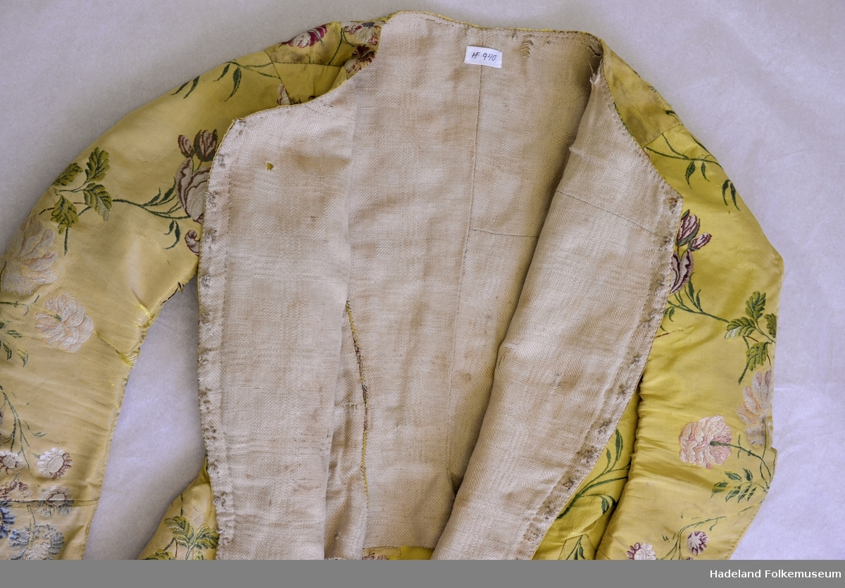 bca8b08f Trøye/jakke kvinne. Gul silkebrokade med brosjering, blomstermotiv. kort  modell. Sammensatt