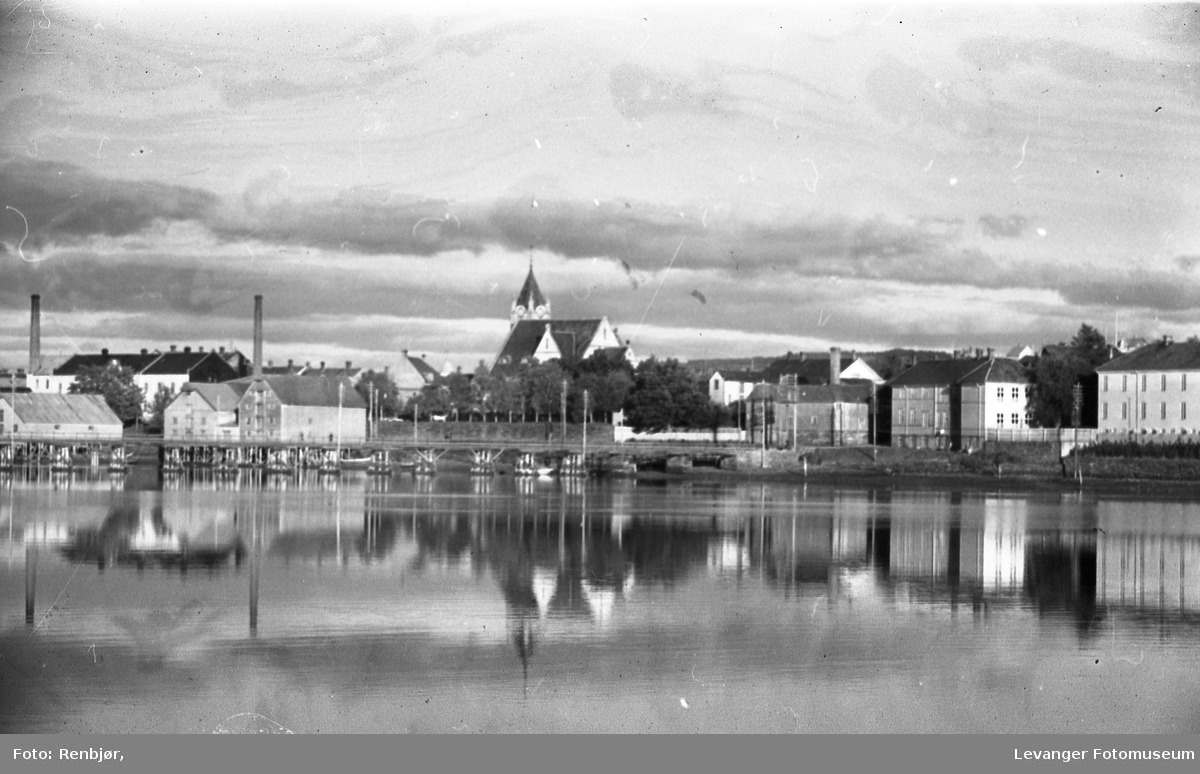 Levanger By sett fra Nesset. Skolebygninger og Sundbrua.
