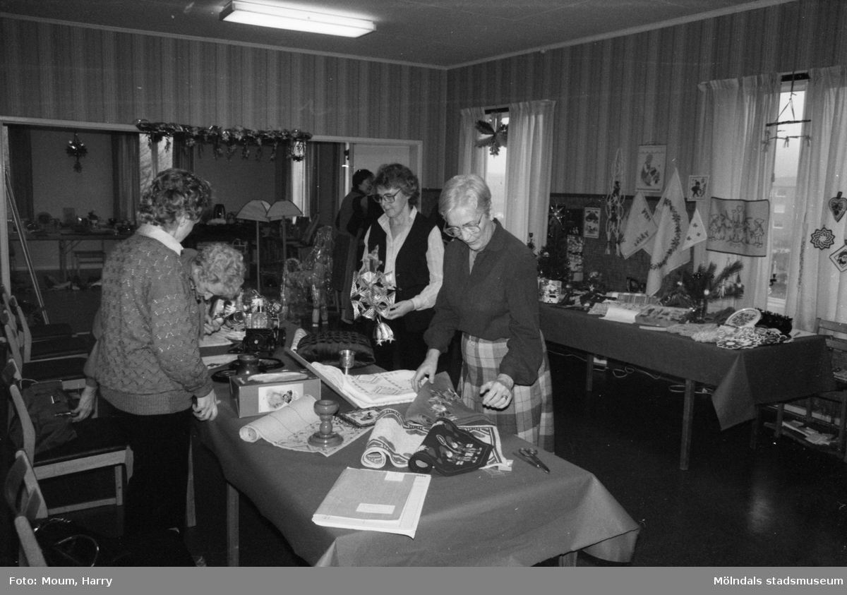 Röda Korsets julbasar i gamla kommunalhuset i Kållered, år 1983.  För mer information om bilden se under tilläggsinformation.