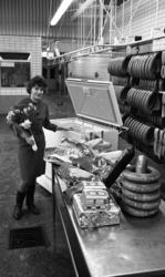 Orubricerat 18 februari 1966Kvinna med en blombukett i sin