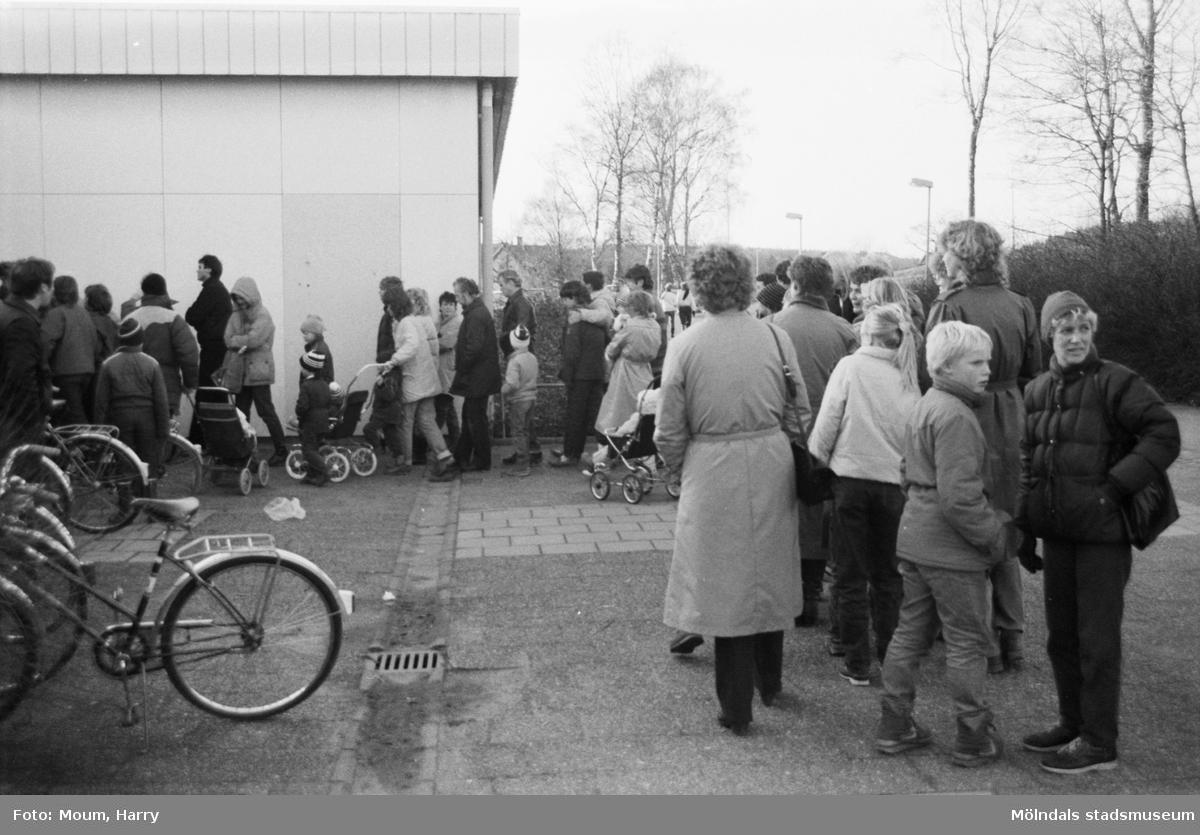 Friluftsfrämjandet anordnar bytesmarknad i Almåsskolan i Lindome, år 1983. Kö utanför skolan.  För mer information om bilden se under tilläggsinformation.