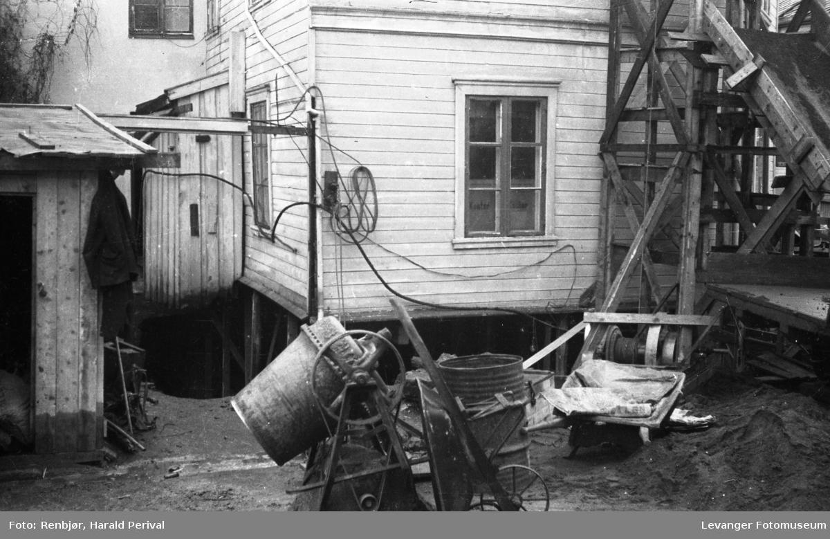 Utgraving av kjeller under huset.