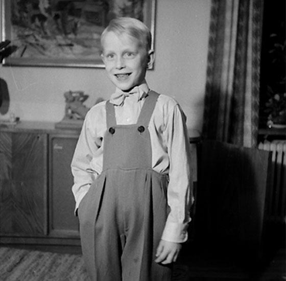 Rumsinteriör, en pojke.Lasse Eriksson, Sixten Erikssons son.