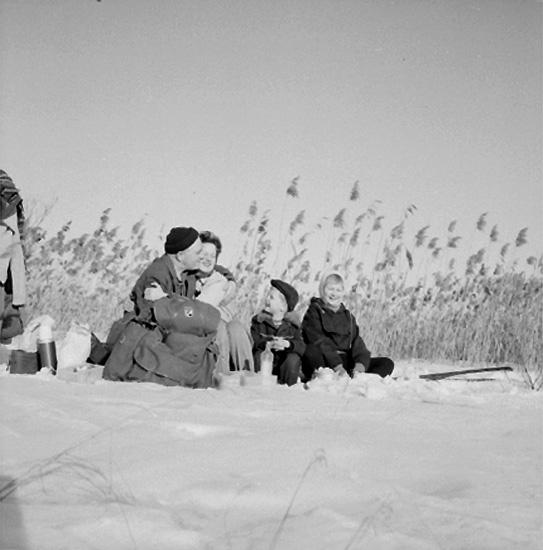 Skidåkning på Kvismaren, familjegrupp fyra personer i snön.Sörling.