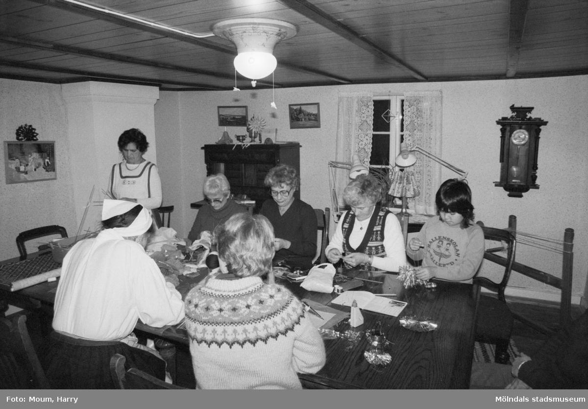 Julpyntskväll på Kållereds Hembygdsgilles gård i Långåker, år 1983.  För mer information om bilden se under tilläggsinformation.