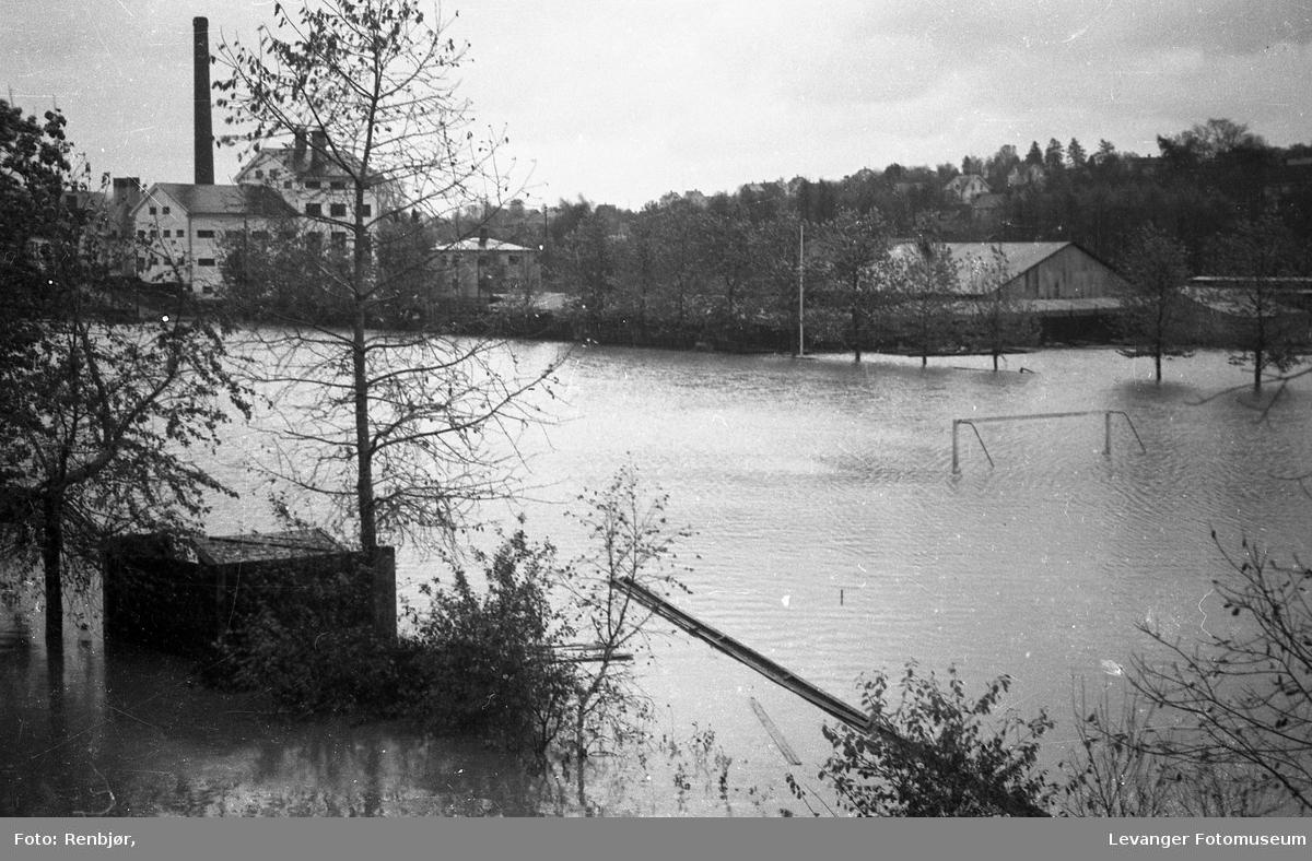 Levangerelva flommer over sine bredder og inn i byen. Levanger Stadion.