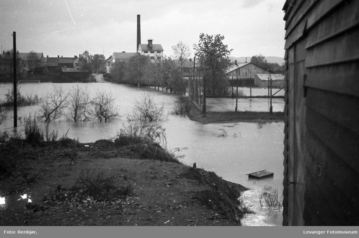 Levangerelva flommer over sine bredder og inn i byen. Ved Levanger Stadion.
