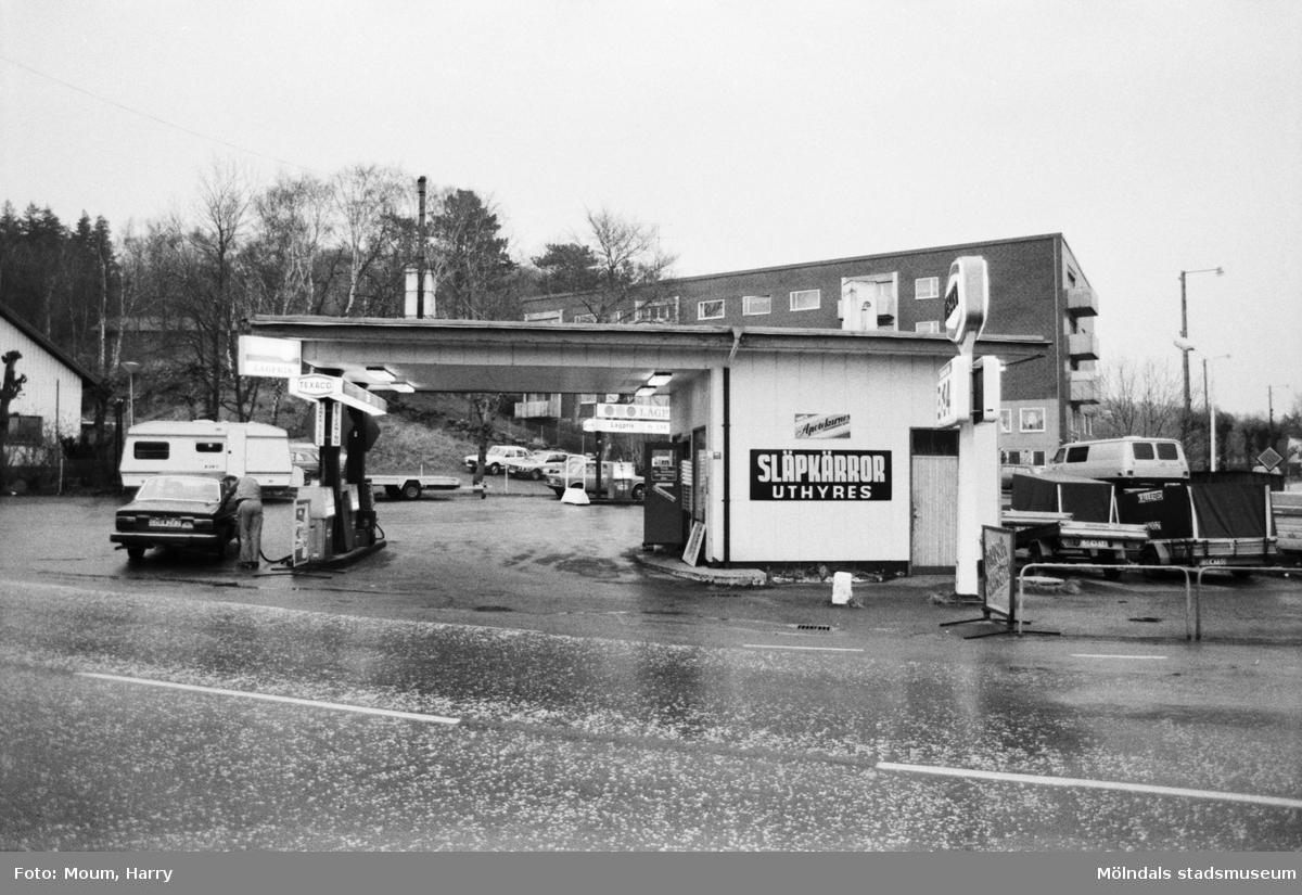Bensinstationen Texaco vid korsningen Gamla Riksvägen-Streteredsvägen i Kållered, år 1983.  Fotografi taget av Harry Moum, HUM, Mölndals-Posten, vecka 47, år 1983.