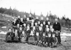 Ålrust skule 1907-1908. Om lag 10 av dei 36 elevane er ident