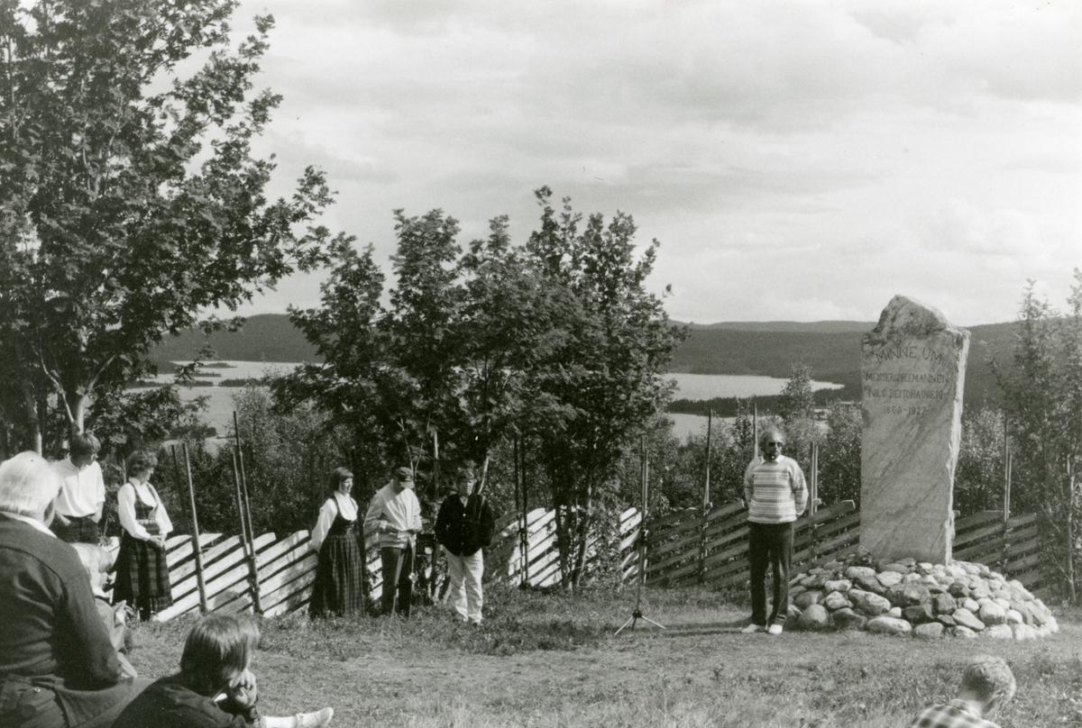 Vernevøla har dugnad ved minnesmerket til Nils Beitohaugen (11.10.1863–20.07.1927) i Øystre Slidre midt på 1980-tallet. Rydding og gjerding