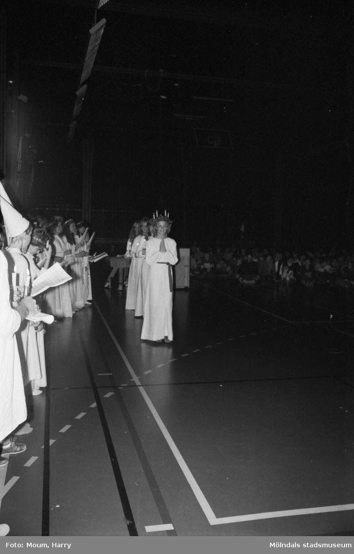 Luciafirande på Ekenskolan i Kållered, år 1983.  För mer information om bilden se under tilläggsinformation.