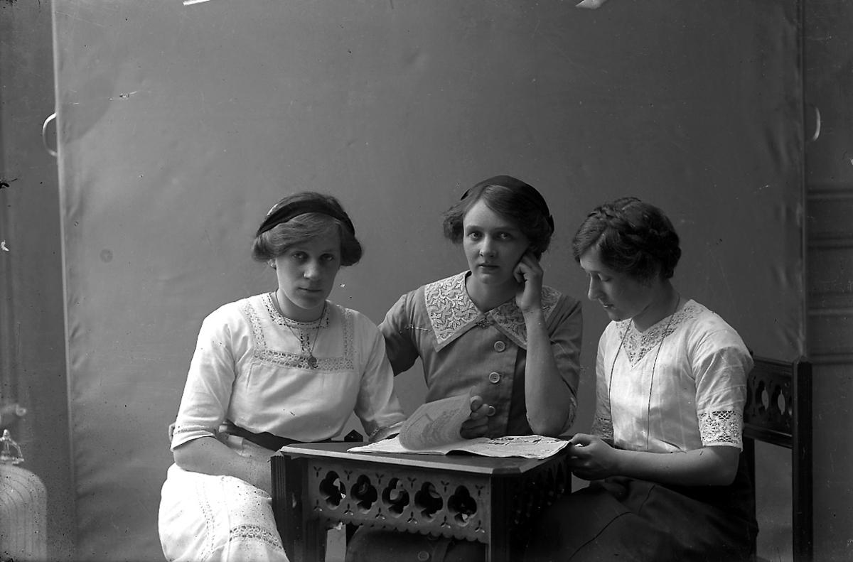 Tre kvinnor.Ingrid Pettersson till vänster och Ester Pettersson till höger (givarens fastrar).