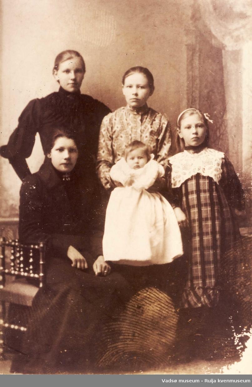 Pauline Elisabeth Berger stående fra venstre, sittende til venstre Ida Olivia Berger og helt til høyre Edit Marie Olsen. Ca 1910-1915. Ukjent baby og jente i midten