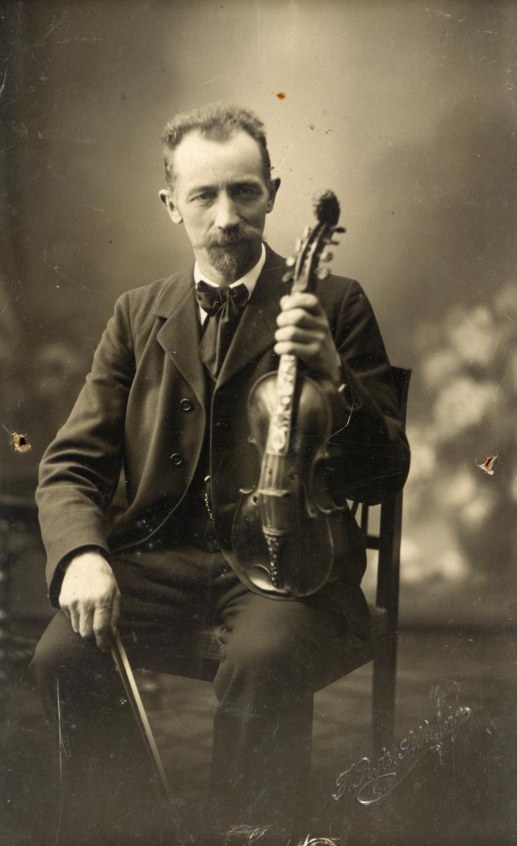 Begge bildene viser danske Peder Jakobsen sittende med en hardingfele i hånda. Første bildet er fra 1912 og det andre fra 1938.