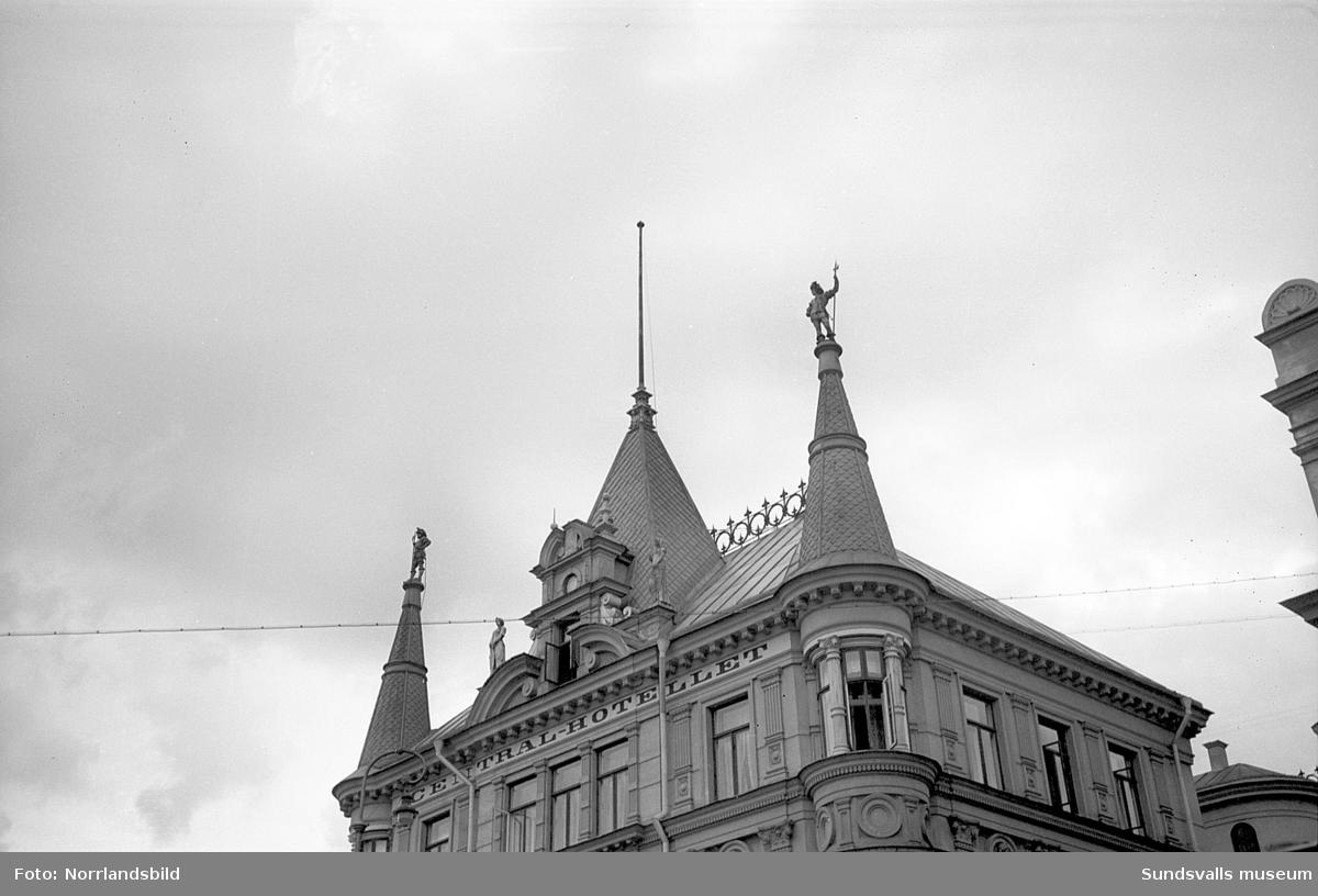 Centralhotellets övervåning och tak sett från Kyrkogatan.