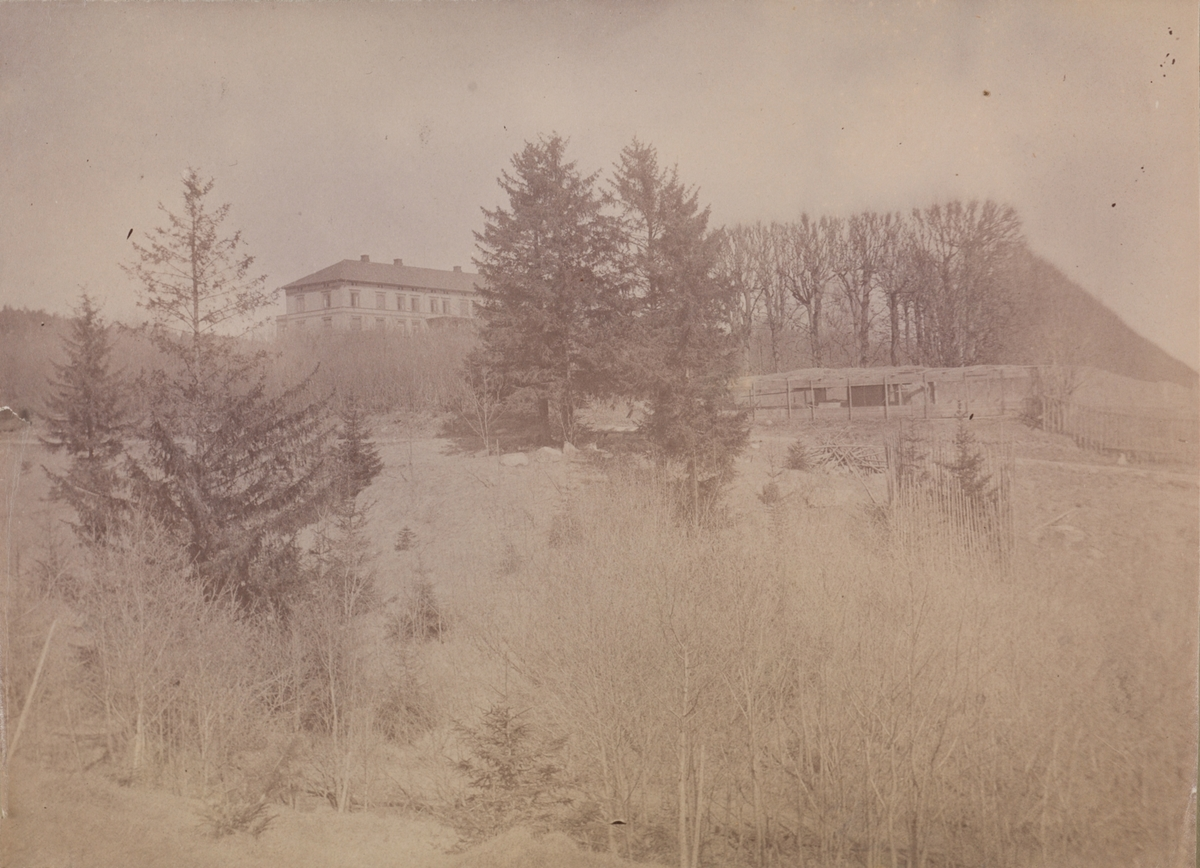 Linderud Gård med hovedhus sett nedenfra.