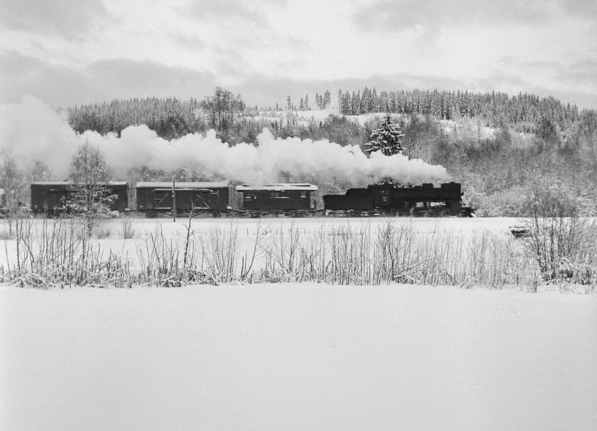 Godstog på Solørbanen trukket av damplokomotiv 26c nr, 433 .