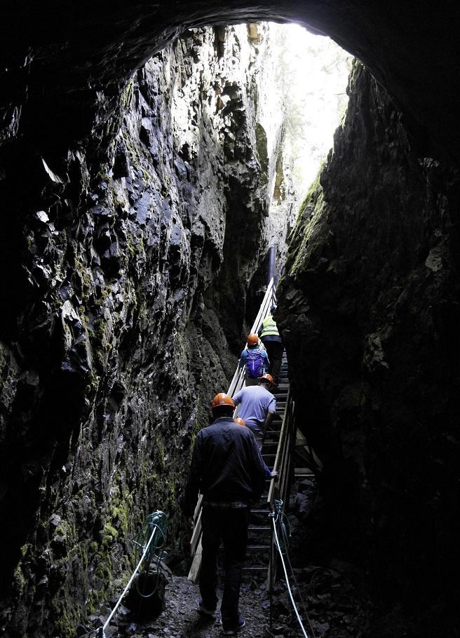 Mennesker som går opp en trapp fra en gruve (Foto/Photo)