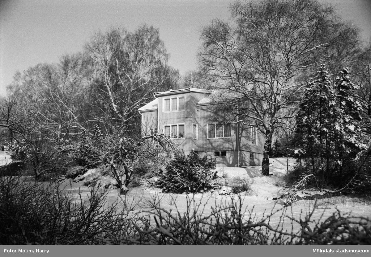 """Vintervy i Kållered, år 1984. """"Visst blev det vinter även i år. Det finns många vackra vyer. Varje årstid har sin tjusning inte minst vintern.""""  Fotografi taget av Harry Moum, HUM, för publicering i Mölndals-Posten, vecka 4, år 1984."""