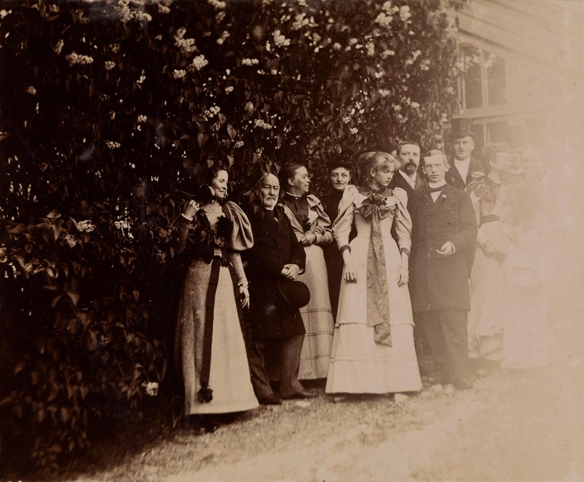 Gruppebilde, fra venstre uidentifisert kvinne, Haaken Christian Mathiesen, Marie Hals, Thrine Lassen, resten ukjent, ytterst til høyre kan Elise Mathiesen skimtes tross sterk lysskade på bilde.