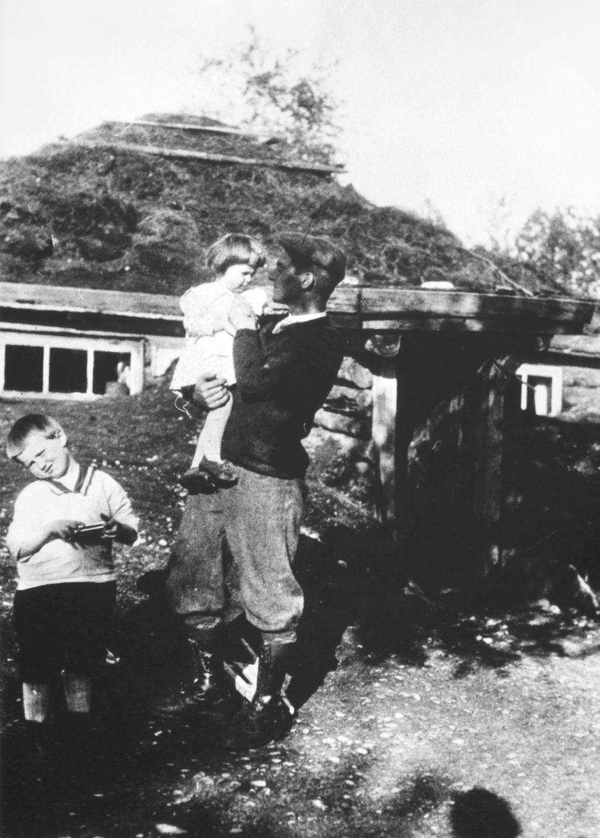 Noatun. Gunnar Schaanning med Eva på armen. Hans Lyder til venstre. Eva og Hans var barna til Torolv Schaanning, som var bror til Gunnar.