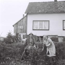 Torbjørg og Ingvald Skårland ved slipesteinen i 1957. Heimeh