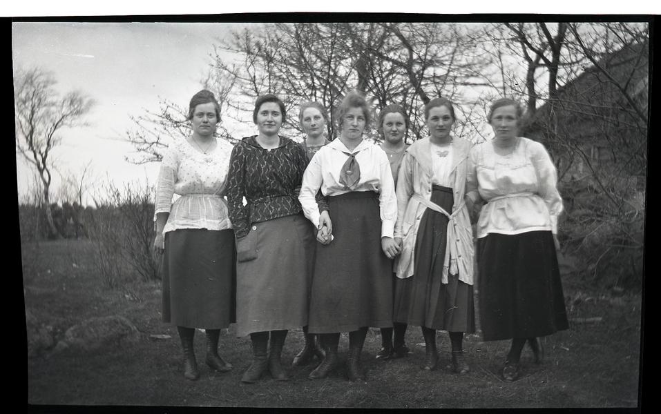 Sara Storhaug g. Skjerping (1900 - 1977), Fredrikke Netland g. Taksdal (1903 - 1990), Agnes Netland f. Fidje (1900 - 1922), Tilla Teodora Storhaug (1904 - 1985), Stine Tjensvoll g. Flikeid (1902 - 1977), Laura Olsen og Berta Storhaug g. Grude (1902 - 1985)