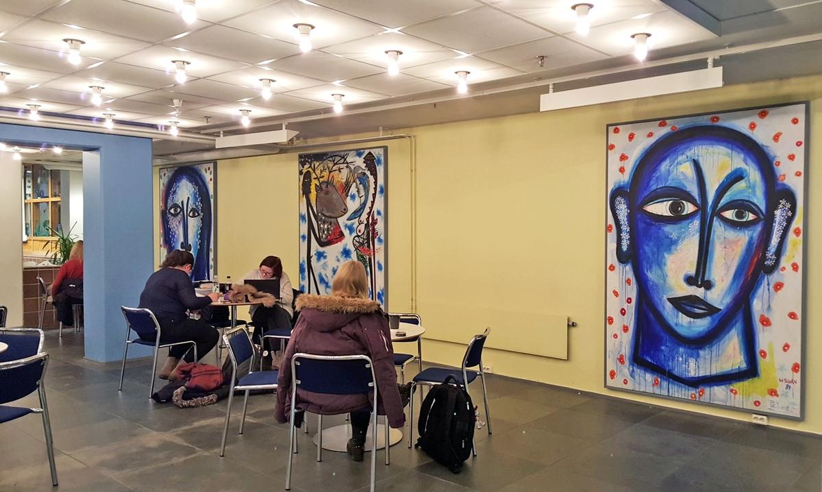 """Willibald Storn ser på denne serien av malerier som pessimistisk. Den framstiller """"Via Dolorosa"""" i ordets tradisjonelle betydning, den smertefylte veien, en parallell til Jesus fjorten stasjoner på vei til korset. Bildene på kortveggen ved trappen opp til UB kan i såfall ses som et dramatisk klimaks: Menneskehodet sprenges - et resultat både av indre og ytre krefter. Det er menneskehetens historie av maktbegjær, undertrykking, utbytting og ufrihet som ligger bak, vår skjending av verden som fører til tap av alt håp. Også religionene har utspilt sin rolle."""