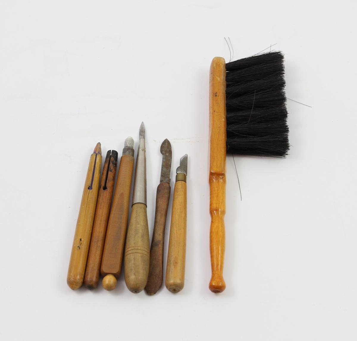 Ulike blyantredskaper, skalpeller og kost til viskelær-rester.
