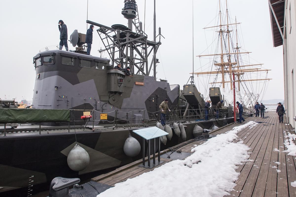 HMS Västervik tillbaka till Marinmuseum från Karlskronavarvet efter översyn.