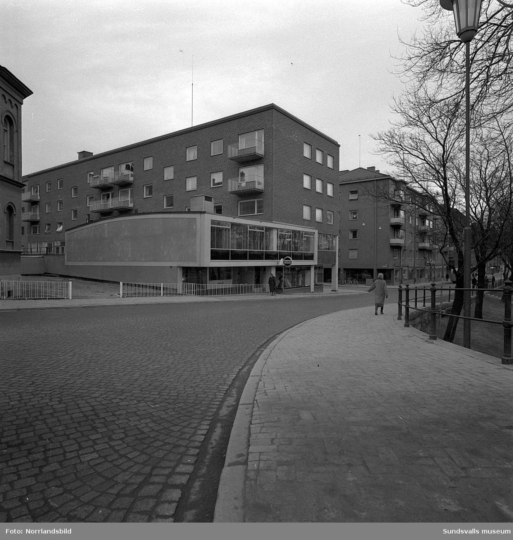 Det nybyggda huset vid Trädgårdsgatan 1-5 med bland annat Konditori Pallas, J Alf Westins klädaffär, Motor Fleron och SKF.