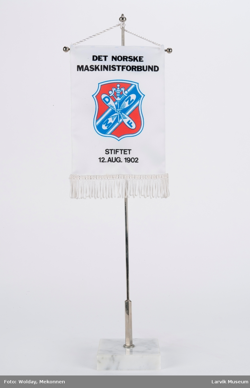 Logoen til Det norske Maskinistforbund. Stiftet 12. aug. 1902.