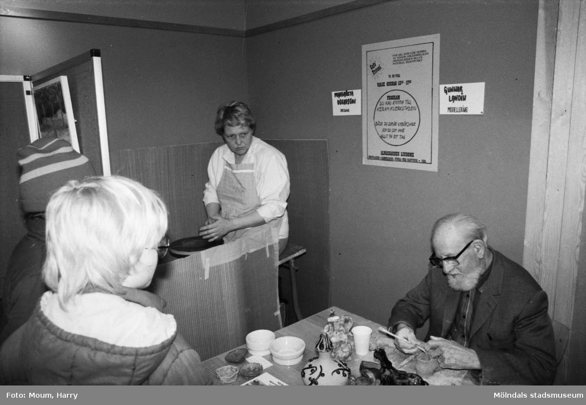 Lindome kulturdagar på Almåsgården i Lindome, år 1984. Drejning och modellering.  För mer information om bilden se under tilläggsinformation.