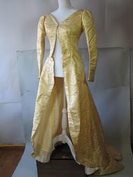 Kjole med underskjørt.