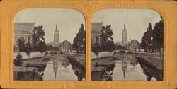 Stereobild av flod och bro med kyrka i bakgrunden. Okänd pla