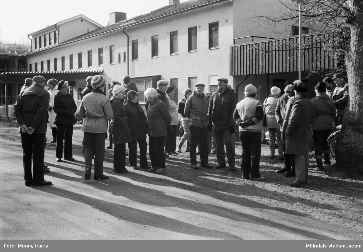 Kållereds hembygdsgille anordnar sockenvandring i Torrekulla, Kållered, år 1984. Här vid Torrekulla turiststation.  För mer information om bilden se under tilläggsinformation.