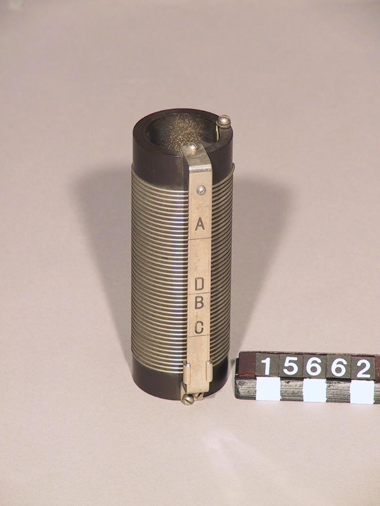 Gnistsändare och mottagare enligt Marconi, system Telefunken. 1900-talets början.  Lösa delar: Avstämningsspole för korta våglängder i reserv, torrelementbatteri, lock till summer, kondensator av glasrör, vridkondensator.