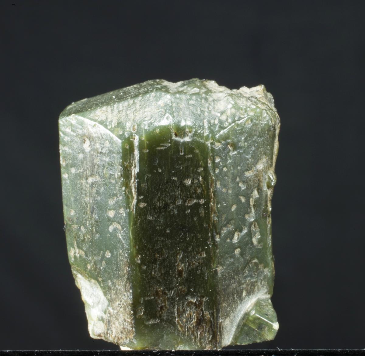 Enstatitt, singel, skåret. Delvis omvandlet til talk. Spesiell krystallform, 8-kantet prisme.
