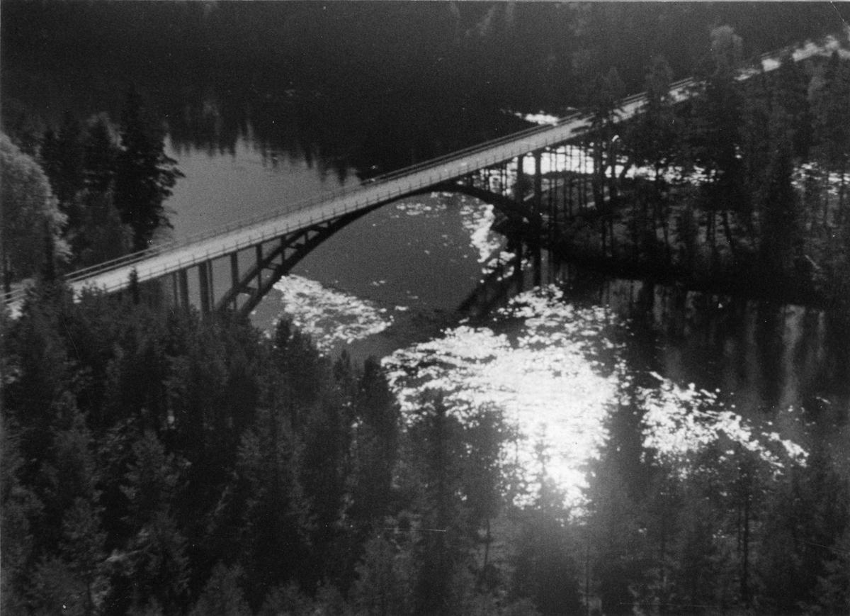 Okänd  bro med två spann, över vatten.