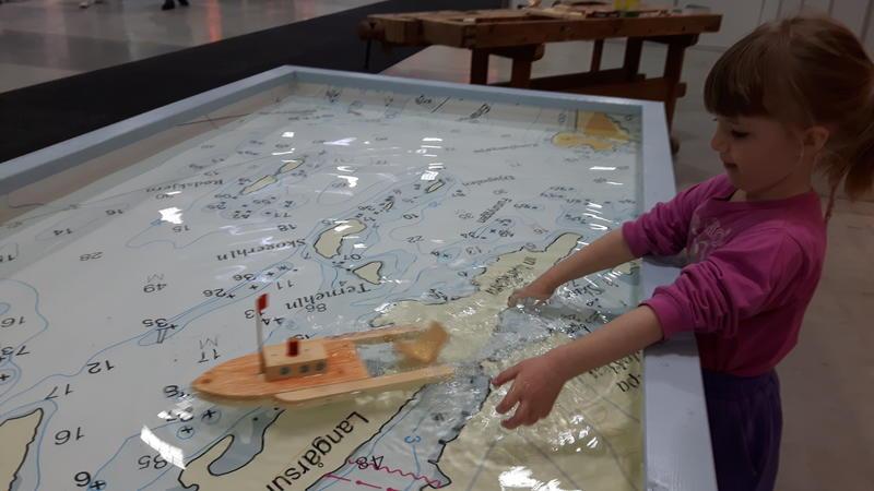 strikkbåt i basseng (Foto/Photo)