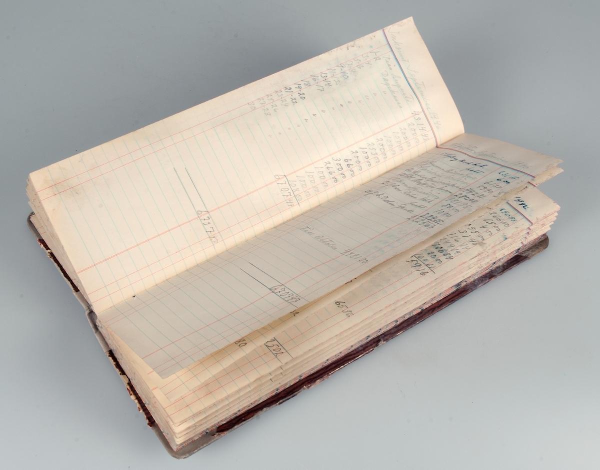 Långsmal kassabok inbunden i bruna hårda pärmar. Ljusgrå bokrygg. Gäller tiden januari 1944 till och med september 1954.