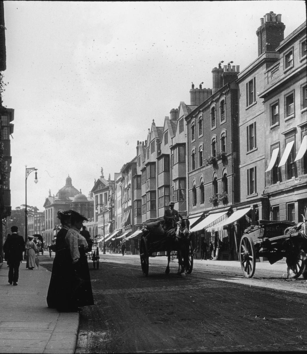 Skioptikonbild med motiv från High Street i Oxford. Vy mot väster Bilden har förvarats i kartong märkt: Oxford 1906.