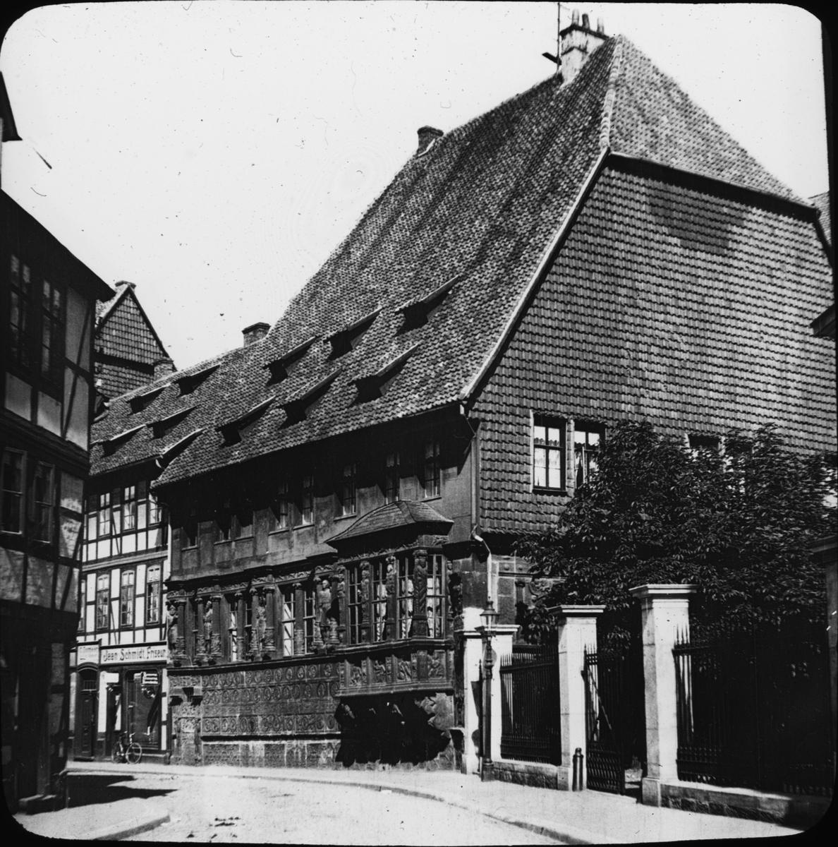"""Skioptikonbild med motiv av det Kejserliga huset, Kaiserhaus i Hildesheim. Bilden har förvarats i kartong märkt: Vårresan 1909. Hildesheim 9. V. Text på bild: """"Das Kaiserhaus 1586-81""""."""