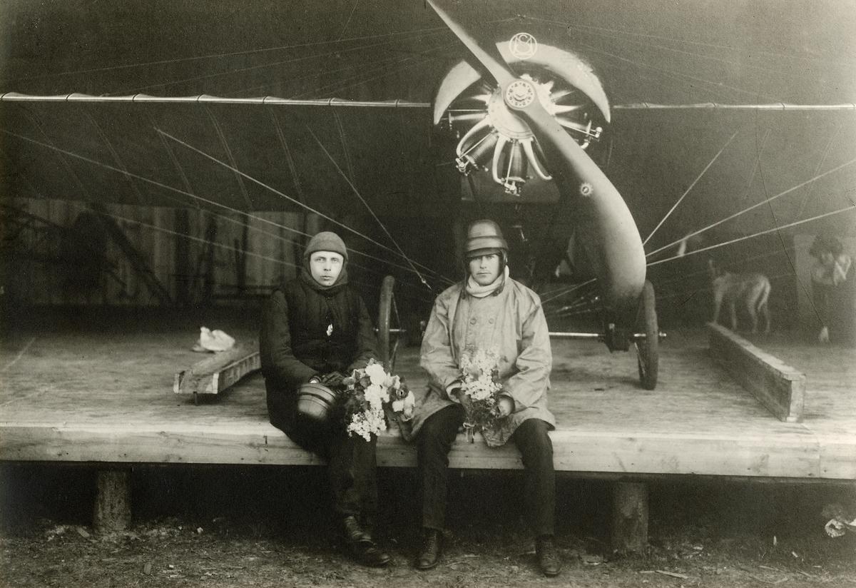 Enoch Thulin och löjtnant Otto Ask omedelbart efter de 12-28 april 1914 fullbordade flygningen mellan Paris- Landskrona, med det av Thulin i Frankrike inköpta Morane-Saulnier-monoplanet, (med Le Rhone-motor på 80 hk).