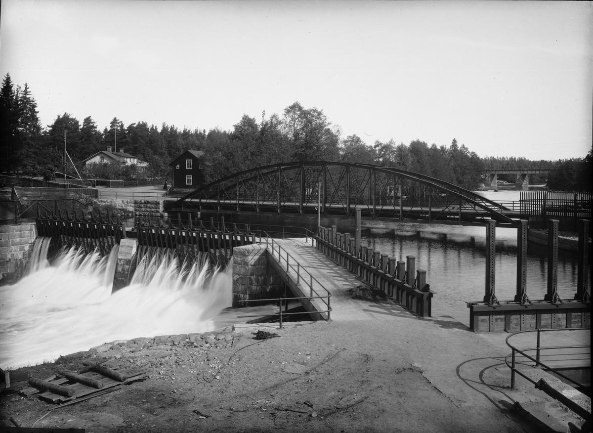 Diapositiv, fönsterbild, järnvägsbro och damm, Ramnäs Bruk.