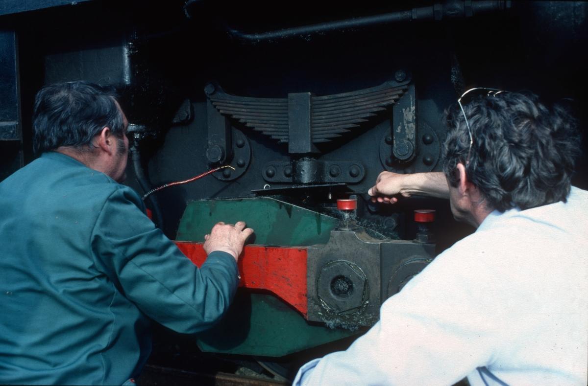 Lokomotivkontrollørene Joh Hjelde og Arvid Lie fra NSB i Trondheim kontrollerer Thamshavnbanens lokomotiv nr. 10.