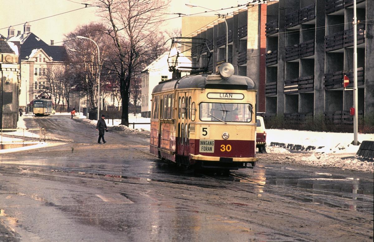 Trondheim Sporvei vogn 30 har akkurat startet fra Voldsminde på turen til Lian. Voldsminde vognhall kan såvidt sees i venstre billedkant.