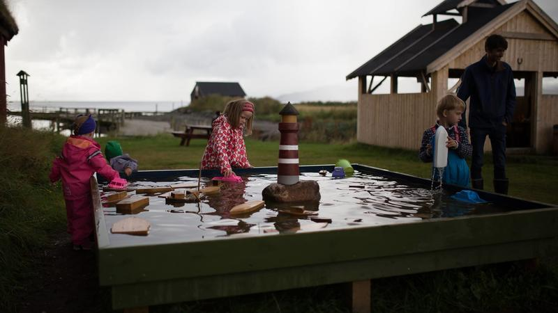 Lekebassenget er populært. Til høyre ligger bålhuset, der  man kan spise under tak og grille hvis man vil. Foto: Langfjurru Foto. (Foto/Photo)